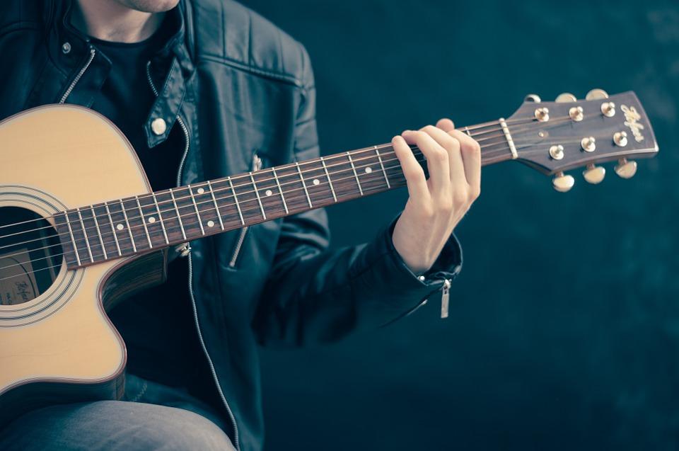 Changer les cordes d'une guitare : optez pour le bio
